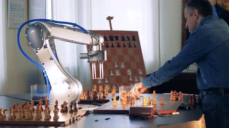 шах и мат : Game between a chess player and a robot.