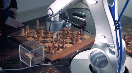 шах и мат : Moving a pawn by a robotized arm. Стоковые видеозаписи