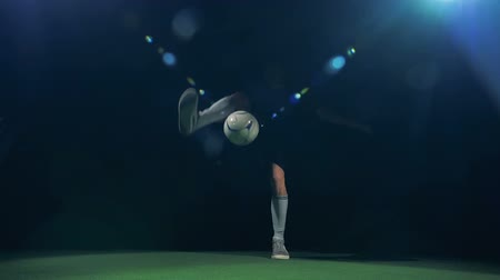 slintání : Football soccer player preforms impressive dribbling tricks.