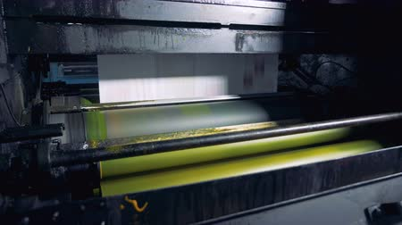 sahte : Fresh daily newspapers rolling on a printing equipment. 4K. Stok Video