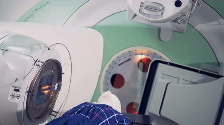tomography : Tomography scanner by a male patient. Stock Footage