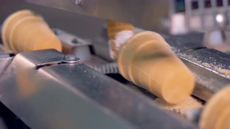 oplatka : Removing process of ice-cream wafer cups from a conveyor belt