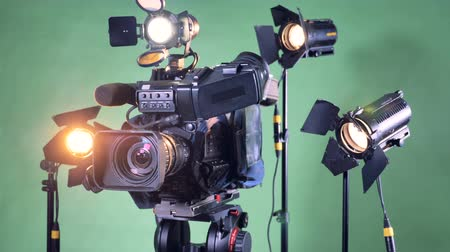 refletindo : Video equipment set with a turning camcorder in the center Stock Footage