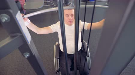 braçadeira : Strength of weak hands muscles by disabled man in a wheelchair. Vídeos