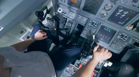 aeroespaço : A pilot holds his hand on the lever in a cockpit, close up. Vídeos