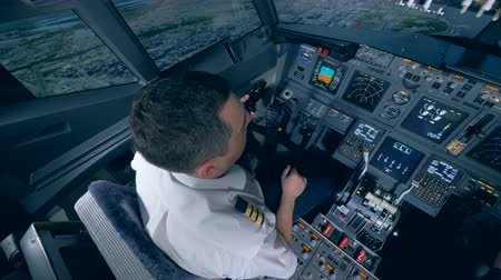 capitão : The pilot controls the plane in flight simulator.