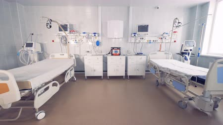 ambulância : Two empty bed in a hospital room with medical equipment. 4K. Stock Footage