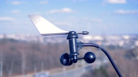 barometr : Special device indicates wind speed. Little anemometer rotates, indicating wind speed.