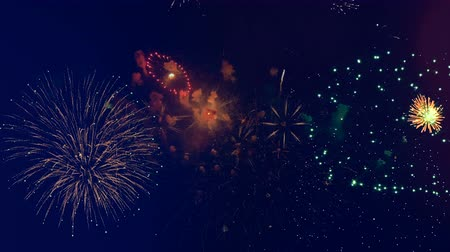 explodindo : Golden fireworks explode at a party. Stock Footage