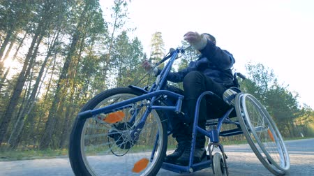 handikap : One man drives on a medical bicycle, bottom view. Stok Video