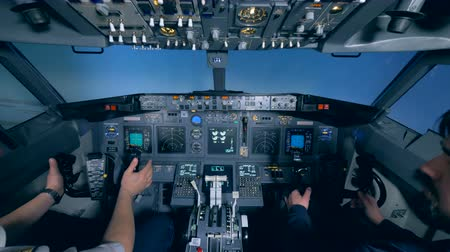 hız göstergesi : Flight simulator cabin with a pilot and a civilian in it