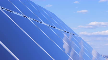 экологически : Solar batterys flat surface reflecting the sky and the clouds. Solar Panels Collecting Sun Light