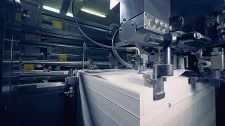 издательский : Modern equipment works with paper at a print factory. Paper production process. Стоковые видеозаписи
