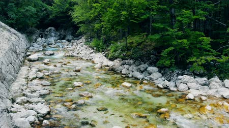 циркуляция : Fresh clear water is flowing from the spring down the stones