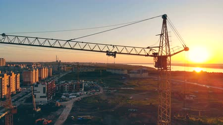 állványzat : View of the construction site. Several cranes are on a site, working.