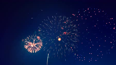 barulhento : Bright fireworks display in the sky.