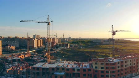 sousedství : Many cranes on construction sites. Construction of multi-storied buildings. Aerial. Dostupné videozáznamy
