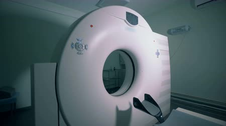 rezonans magnetyczny : Functioning MRI machine in a medical room