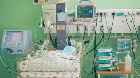 reanimation : Neonatal unit with medical equipment and a sleeping baby
