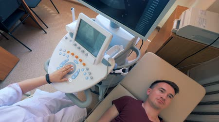 проведение : Ultrasound procedure carried out on a male patient by a doctor