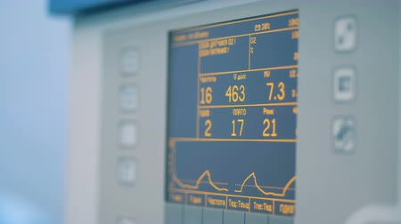 eğrilik : Close up of a medical monitor showing breathing signs