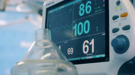 eğrilik : Close up of a hospital monitor with vital signs shown on it