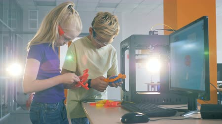 basılı : Pupils hold 3D printed elements at a school modern laboratory. Invention concept.