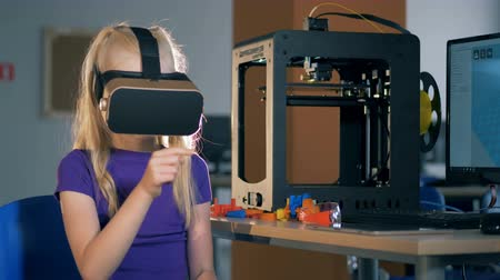 nove : Scholl girl in 3D virtual reality glasses study innovative technolgies in school lab. 4K.