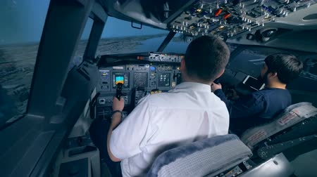 kaptan : Airplane pilot instructor and a man are managing flight simulation process Stok Video
