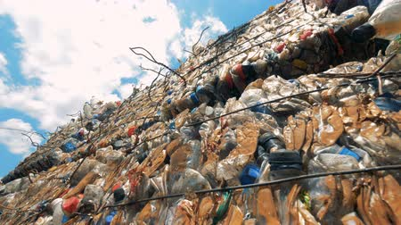 riciclabile : Immondizia di plastica compressa in pile cubiche all'aria aperta