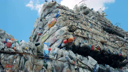 упакованный : Rubbish plastic material contained in a dumping site for futher recycling. 4K.