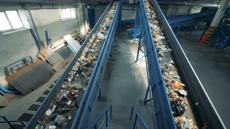 reutilização : Rubbish recycling plant with two functioning conveyor belts.