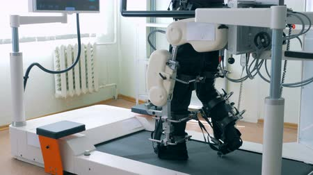kordon : Prosthetic machine helps a man to walk, close up. Rehabilitation concept. Stok Video