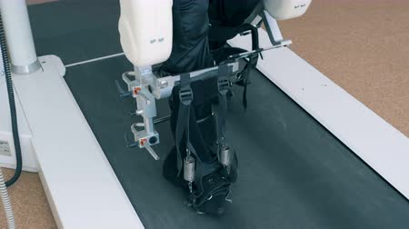 tratamento : Patient walks on a medical track. Rehabilitation concept.