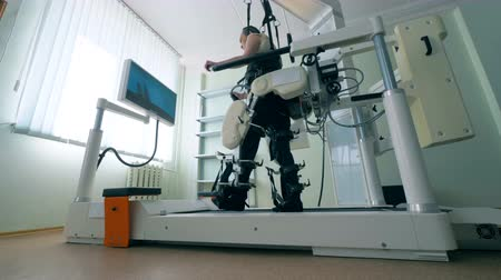 paralympics : A man walks with the help of a prosthetic device at a modernc clinic. 4K.
