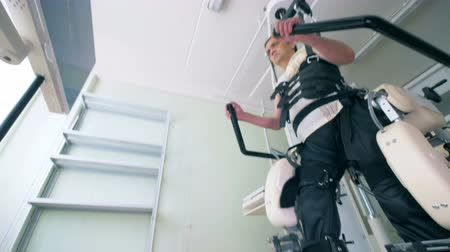 rehabilitasyon : Medical equipment helps a patient to recover at a clinic. 4K. Stok Video