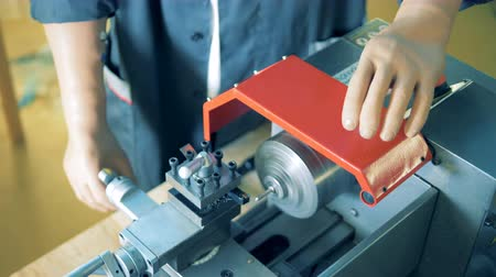 inwalida : Male worker with prosthetic hands is rotating a handle of a metal lathe Wideo