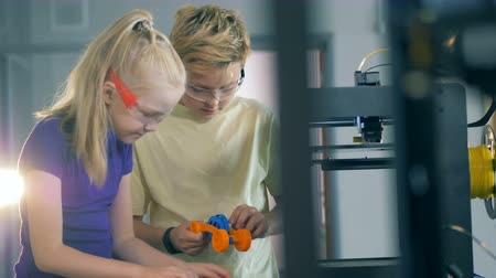 interessado : Making process of a scientific device carried out by a boy and a girl Vídeos