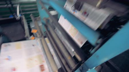 döner : Process of fresh newspaper printing, close up. Stok Video