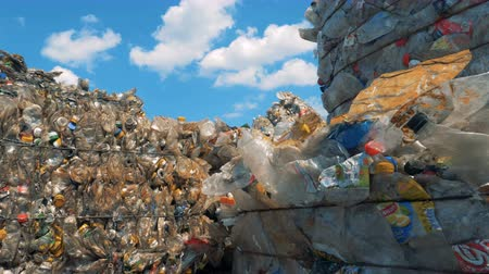 preslenmiş : Large piles of discarded trash, close up.
