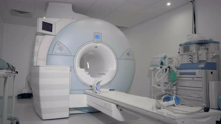 カラット : MRI scanning machine located in a medical facility