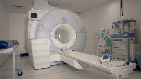 radyoaktif : Medical unit with a modern MRI scanning machine in it