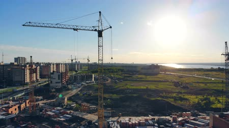 kusy : Construction site on a sunny day. Tower crane at a construction site. Dostupné videozáznamy