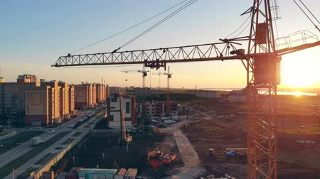 kusy : construction crane at a construction site. 4K. Dostupné videozáznamy