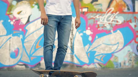 paten yapma : Skater fails. A skateboarder flips his board to catch it, but misses.