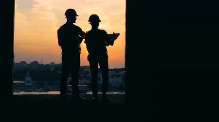 construtor : Architects working on a sunset background, close up. Stock Footage