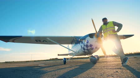 фюзеляж : Pilot posing near his plane, close up.