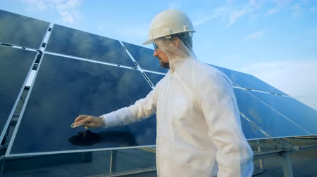 energetyka : Cleaning process of a solar panel carried out by a male worker. Wideo