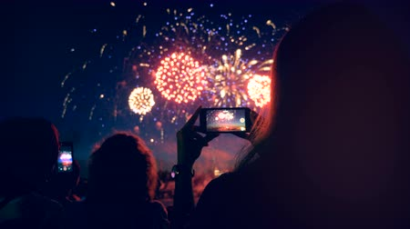 película de filme : People are shooting fireworks display with their phones. Smartphone shooting fireworks.