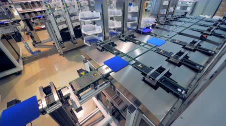 componentes : Automated high-tech factory equipment manufacturing computer components.